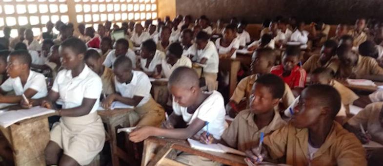 Vue partielle d'une classe de plus de 120 élèves en Afrique de l'Ouest-photo prise en avril 2019